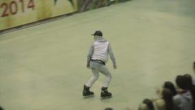 Скачка попытки конькобежца ролика на загородке, но ее расслоина Конкуренция в skatepark смелости весьма хобби видеоматериал
