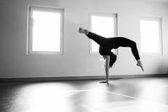 Скачка пола практики танцора женщины на классе балета Стоковое фото RF