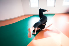 Скачка пола практики танцора женщины на классе балета Стоковая Фотография