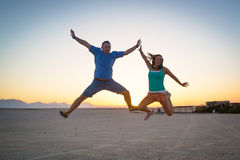 Скачка счастья на заходе солнца Стоковое Изображение RF