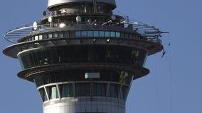 Скачка Bungee замедленного движения с башни неба Окленда в Окленде Новой Зеландии видеоматериал