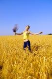 скачки девушки поля золотистые Стоковое Изображение