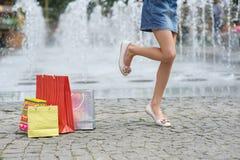 Скачки девушки радостные на одной ноге Стоковое фото RF