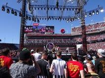 Скачки WWE Kofi Кингстона с веревочек для того чтобы сделать движение бирки с большим Стоковые Фотографии RF