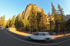 скачком поворот дороги автомобиля стоковое изображение