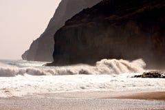 Скала и волна стоковая фотография