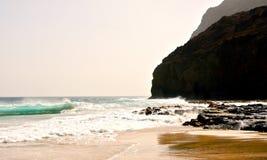 Скала и волны стоковые изображения rf