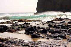 Скала и волны стоковые фотографии rf