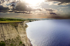 Скала на заходе солнца на береге моря Стоковое Изображение RF