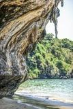 Скала на пляже Railey Tonsai, Krabi известняка в Таиланде стоковое фото rf