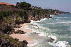 Скала острова Бали, моря, огромных волн, секретного пляжа Стоковое фото RF