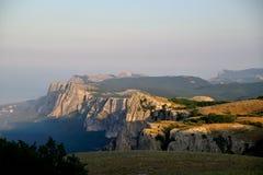 Скала скалистых гор и голубое небо с белыми облаками Стоковое Изображение