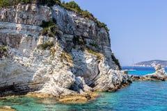 Скала с голубым морем Стоковое Фото