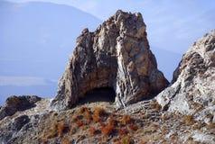 Скала с пещерой в горах Тянь-Шань Стоковое Изображение