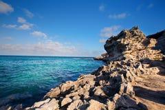 Скалистая бухта и океанская волна разбивая в выветренный свод Стоковое Изображение