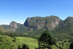 Скалистая гора в зеленом лесе Стоковые Фото