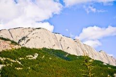 Скалистая гора и голубое небо Стоковые Изображения