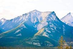 Скалистая гора с белым облаком Стоковое фото RF