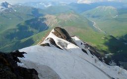 Скалистая горная цепь над зеленой долиной Стоковые Изображения RF