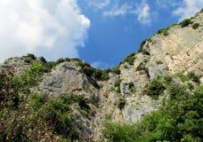 Скалистая стена и зеленый цвет на пути богов в Амальфи стоковые фотографии rf