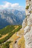 Скалистая тропа в австрийских горных вершинах Стоковые Фотографии RF