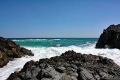 Скалистое море Coast#7: Остров Masirah, Оман Стоковое Изображение RF