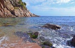 Скалистое дно на береге моря Стоковая Фотография RF