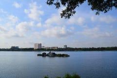 Скалистое озеро с зданием в банке Стоковое Фото