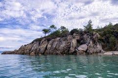 Скалистое побережье в Sithonia, Греции Стоковые Изображения