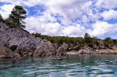 Скалистое побережье в Sithonia, Chalkidiki, Греции Стоковые Изображения RF