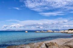 Скалистое побережье в Sithonia, Chalkidiki, Греции Стоковая Фотография