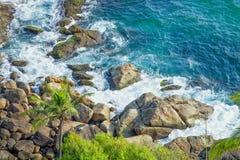Скалистое побережье в Thiruvananthapuram стоковая фотография rf