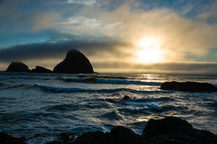 Скалистое побережье на заходе солнца, Орегон Стоковая Фотография RF