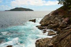 Скалистое побережье острова Стоковые Изображения
