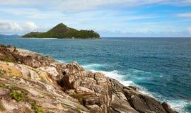 Скалистое побережье острова Стоковые Изображения RF
