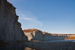Скалистые берега сибирского taiga Fall River Стоковые Фото