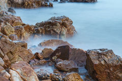 Скалистые береговая линия и долгая выдержка Стоковые Изображения
