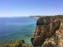 Скалистые выходы пластов окруженные малой водой Стоковые Фото
