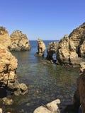 Скалистые выходы пластов окруженные малой водой Стоковая Фотография RF