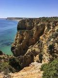 Скалистые выходы пластов окруженные малой водой Стоковое Фото