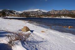Скалистые горы во время зимы, осмотренной с другой стороны озера Estes Стоковое Изображение