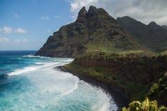 Скалистые побережье и гора Punta del Идальго  Стоковое фото RF