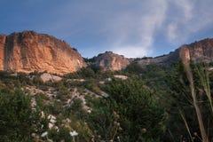Скалистый ландшафт с ясным небом стоковая фотография