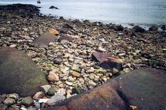 Скалистый берег с морем Стоковые Изображения RF