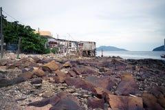 Скалистый берег с морем Стоковые Фотографии RF