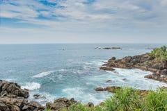 Скалистый взгляд пляжа океана Стоковое Изображение RF