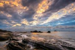 Скалистый восход солнца seashore Стоковое Изображение