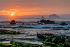 Скалистый восход солнца seashore Стоковые Фотографии RF