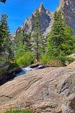 Скалистый горный пик под голубыми небесами Стоковые Изображения