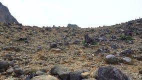 Скалистый наклон активного вулкана Sibayak в северной Суматре, Индонезии акции видеоматериалы